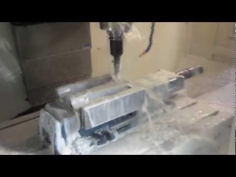 مصنع تكنو بلاست إيجيبت ماكينة الـ CNC أثناء عمل القوالب